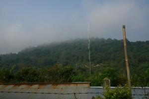เมฆหมอกยังคงเกาะอยู่บนยอดเขา